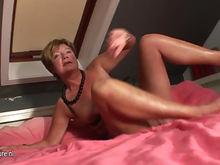 Amateur housewife squirting circa over her bed