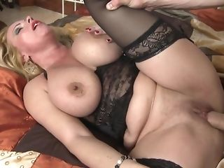 Light-haired mama with meaty knockers opens up vagina for youthful youngster freesex